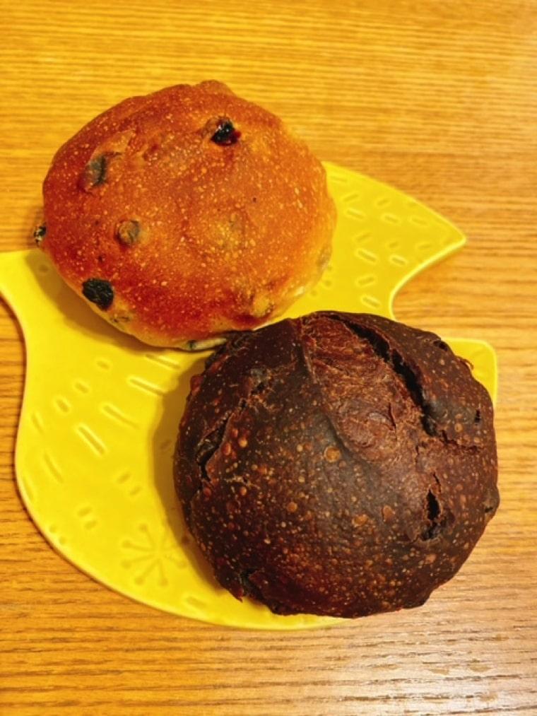 ぶどうパン(左)チョコマロン(右)